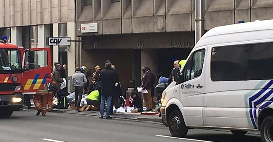 22.mar.2016 - Pessoas são atendidas após atentado na estação de metrô Maalbeek, em Bruxelas. O governo belga já elevou ao nível máximo o alerta para ataques terroristas, já que as explosões ocorrem quatro dias depois da prisão de Salah Abdeslam, suspeito de ter participado da série de ataques terroristas em Paris, em novembro do ano passado