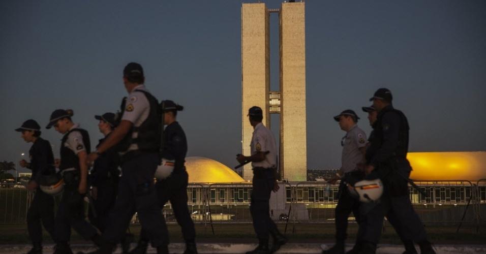 16.abr.2016 - Polícia militar cerca o Congresso Nacional, em Brasília,  na preparação para a votação do impeachment da presidente Dilma Rousseff (PT) em Brasilia