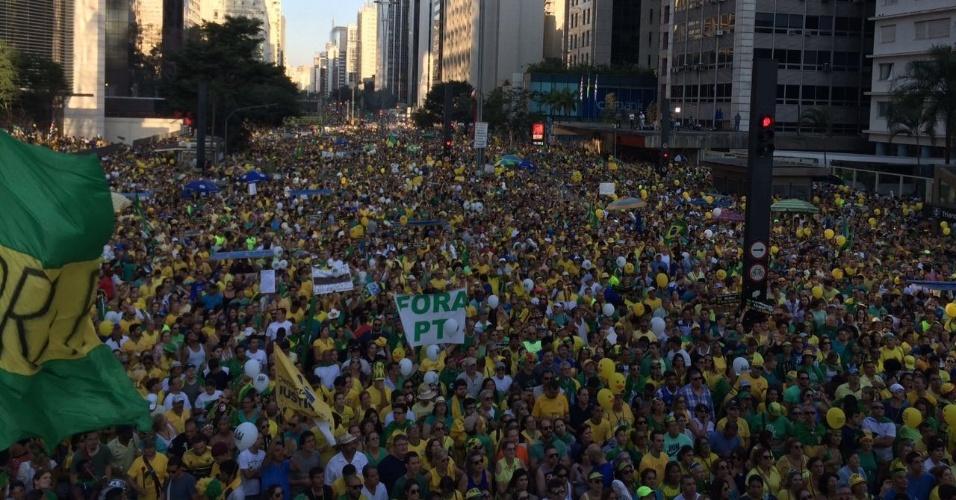 """17.abr.2016 - """"Mar"""" de manifestantes favoráveis ao impeachment de Dilma Rousseff na Avenida Paulista, em São Paulo (SP)"""