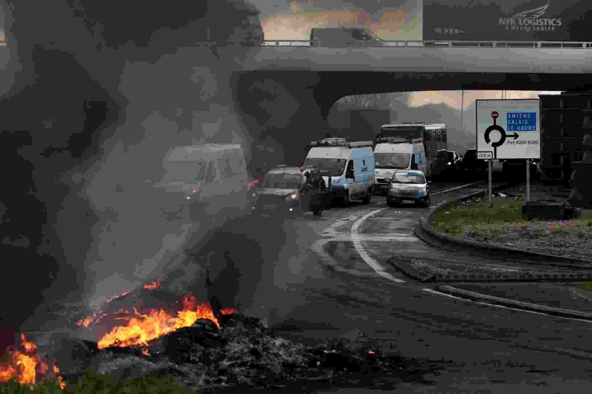 28.abr.2016 - Sindicalistas franceses fazem barricadas com fogueias em estrada em Le Havre, no noroeste do país. Os manifestantes, que protestam contra o projeto de reforma trabalhista proposta pelo governo de François Hollande, bloquearam estradas enquanto trabalhadores e estudantes fazem nova greve em diferentes cidades francesas - Charly Triballeau/AFP
