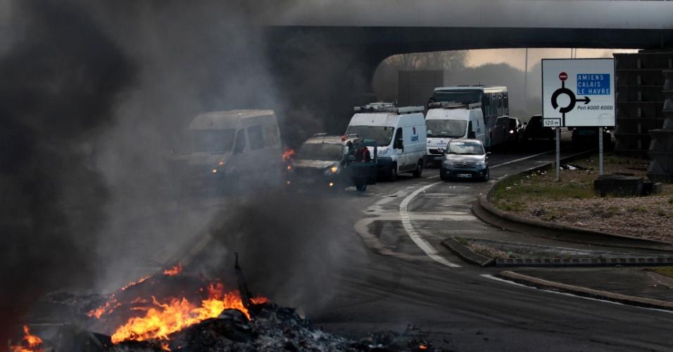 28.abr.2016 - Sindicalistas franceses fazem barricadas com fogueias em estrada em Le Havre, no noroeste do país. Os manifestantes, que protestam contra o projeto de reforma trabalhista proposta pelo governo de François Hollande, bloquearam estradas enquanto trabalhadores e estudantes fazem nova greve em diferentes cidades francesas