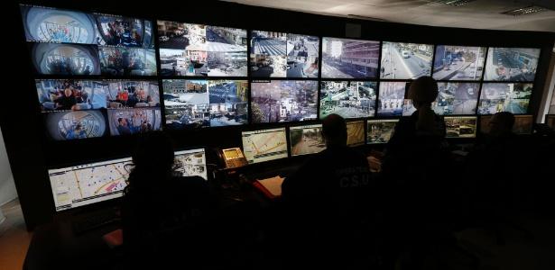 Policiais trabalham com sistema de supervisão urbana em Nice, no sudeste da França