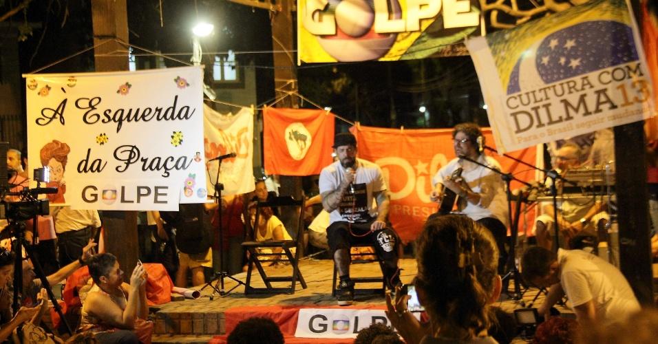 16.mai.2016 - O músico Tico Santa Cruz se apresenta na praça São Salvador, na zona sul do Rio, em ato contra o impeachment da presidente afastada Dilma Rousseff