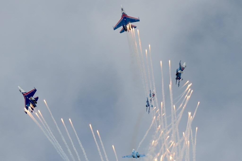 21.mai.2016 - Aviões da equipe de acrobacia aérea russa faz show para marcar os 25 anos da fundação Cavaleiros Russos de Equipes Acrobáticas, em Kubinka