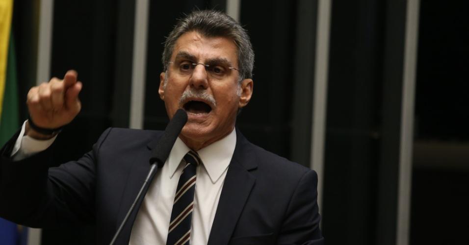 24.mai.2016 - O senador Romero Jucá (PMDB-RR) discursa na tribuna durante sessão no plenário do Senado, no Congresso Nacional, em Brasília. Jucá, que é investigado na Lava Jato e em outro processo no Supremo Tribunal Federal (STF), foi exonerado pelo presidente em exercício Michel Temer