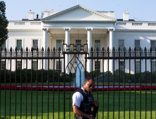 Agente do Serviço Secreto dos Estados Unidos trabalha na segurança da Casa Branca, a residência oficial do presidente norte-americano, em Washington D.C.