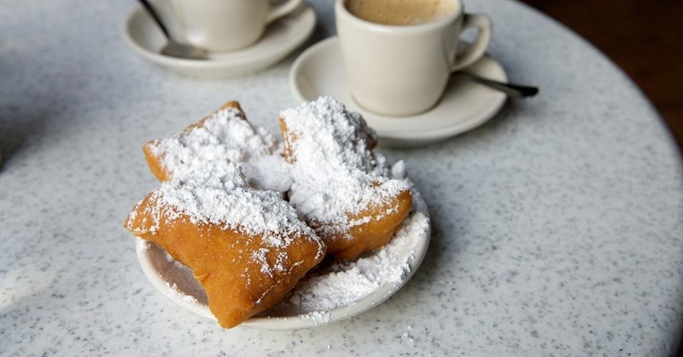 24.jun.2016 -  Cafe Du Monde, no quarteirão francês de Nova Orleans, EUA, é famoso pelas carolinas açucaradas e o café de chicória.