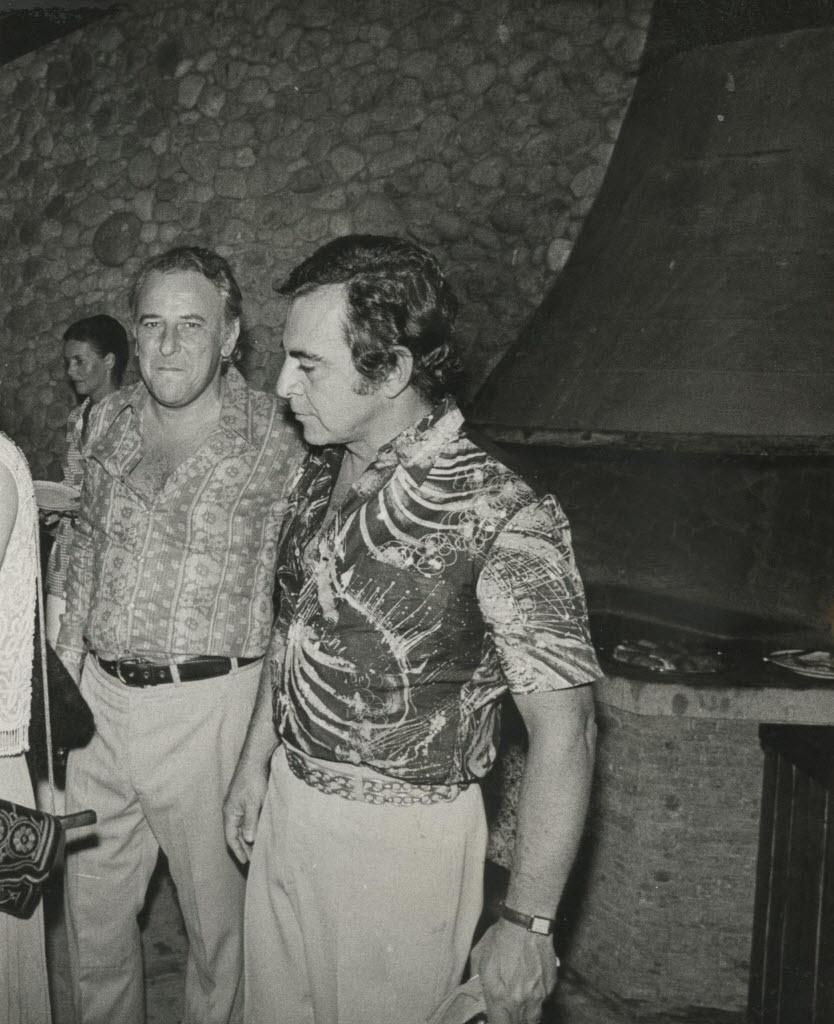 12.fev.1972 - High society: Pitanguy (à dir.) participa de jantar que os paulistas Fernanda e Zezito Colagrossi ofereciam em sua casa de Petrópolis (RJ)