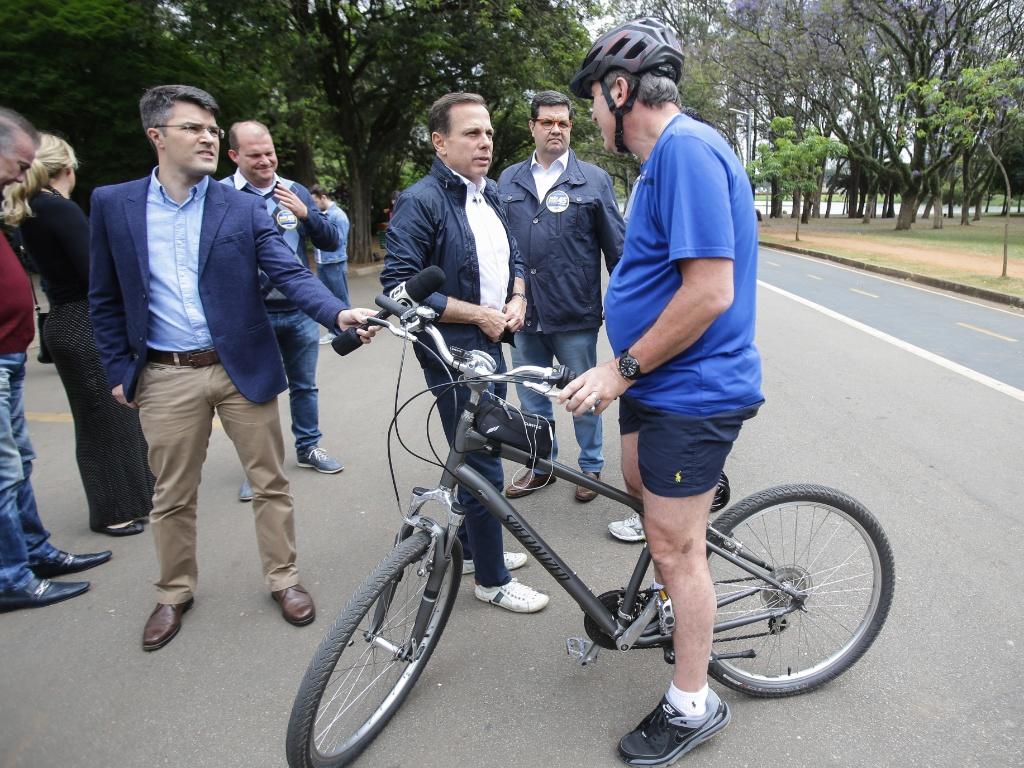 1º.out.2016 - O candidato do PSDB à Prefeitura de São Paulo, João Doria, passeou pelo parque do Ibirapuera, na zona sul da capital paulista, e conversou com ciclistas na véspera da eleição