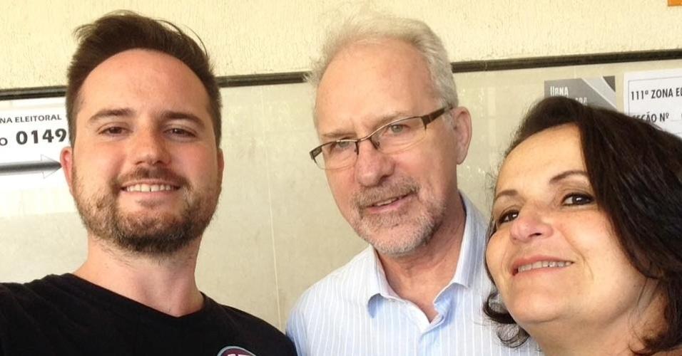 2.out.2016 - O candidato do PSL à Prefeitura de Porto Alegre, Fábio Ostermann, votou na manhã deste domingo (2), acompanhado pelos pais