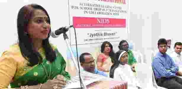 Kalki Subrahmaniam (esq), criadora da escola, é ativista dos direitos dos transgêneros - BBC