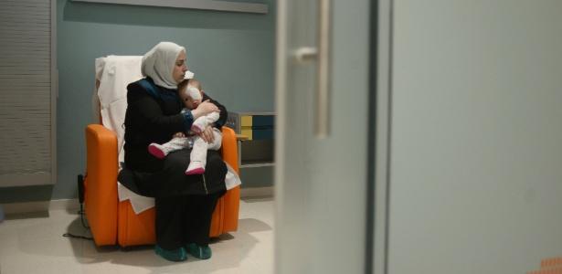 Sham Aldaher com sua mãe após procedimento médico no hospital em Barcelona, Espanha