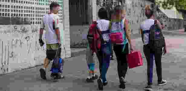 Alunos na saída da Escola Municipal Walt Disney, que fica na entrada do Morro da Baiana, pertencente ao Complexo do Alemão, no Rio - Mauro Pimentel/UOL