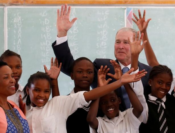 O ex-presidente George W. Bush posa com crianças em escola de Botsuana