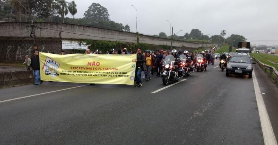 28.abr.2017 - Manifestantes seguem escoltados pela PRF (Polícia Rodoviária Federal) na altura do km 284 da rodovia Régis Bittencourt, na região de Embu das Artes