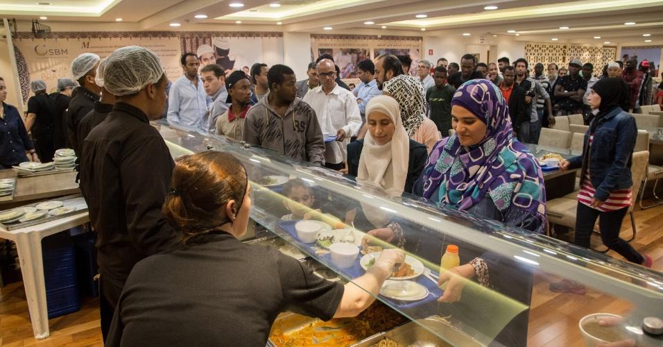 7.jun.2017 - As mulheres têm preferência na fila do jantar gratuito servido para a quebra de jejum do Ramadã, na Mesquita Brasil, em São Paulo