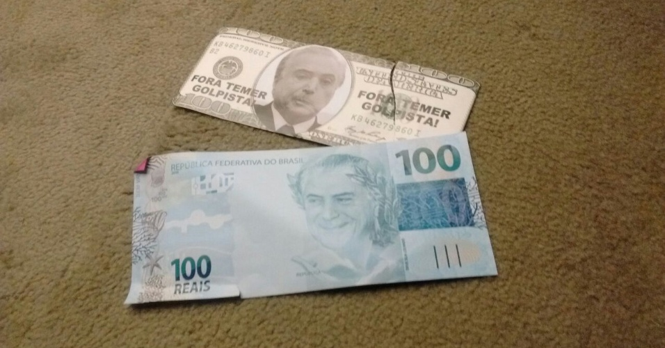 2.ago.2017 - Parlamentares da oposição usaram papéis semelhantes a notas de dólar e de real com a foto do presidente, Michel Temer