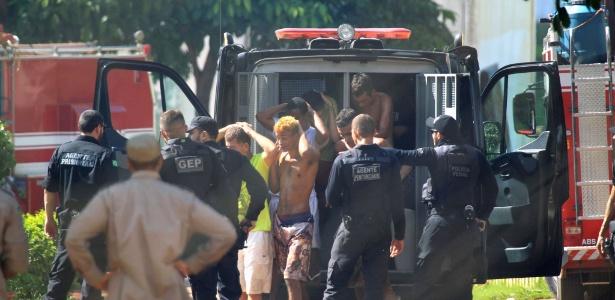 2.jan.2018 - Presos foragidos são recapturados e levados de volta para o Complexo Prisional de Aparecida de Goiânia, em Goiás, após rebelião que deixou nove mortos e provocou a fuga de mais de 200 detentos