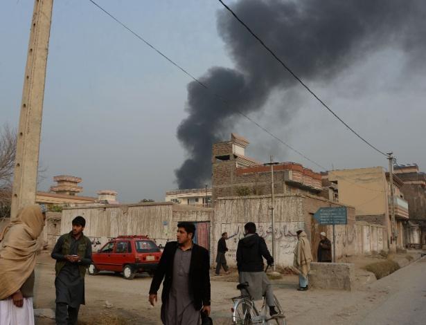 24.jan.2018 - Fumaça na sede da ONG britânica Save the Children, alvo de ataque terrorista em Jalalabad, no Afeganistão