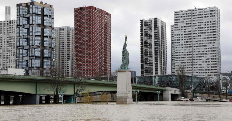 24.jan.2018 - Vista da Ponte de Grenelle e da réplica da Estátua da Liberdade mostra as margens inundadas do rio Sena, em Paris