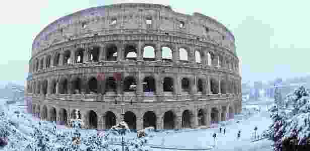 26.fev.2018 - O Coliseu durante nevasca em Roma, Itália - Alberto Lingria/ Reuters - Alberto Lingria/ Reuters