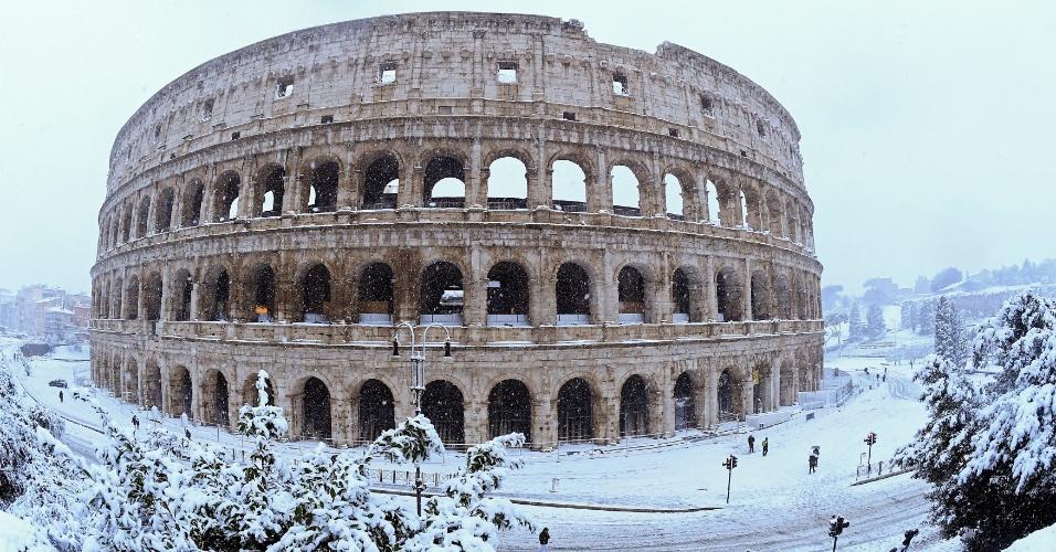 26.fev.2018 - O Coliseu durante nevasca em Roma, Itália