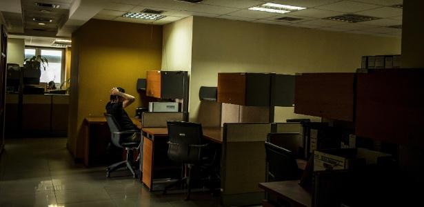 31.out.2017 - Funcionário trabalha no prédio da administração da Assembleia Nacional, em Caracas