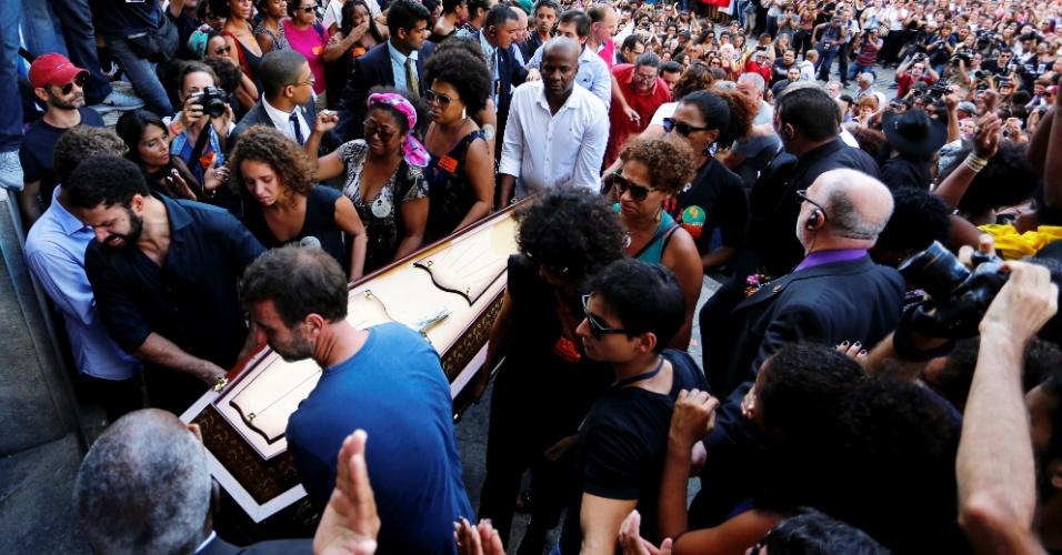 """15.mar.2018 - O corpo da vereadora Marielle Franco (PSOL-RJ) chegou à Câmara Municipal do Rio de Janeiro, no centro da capital fluminense, onde será velado. O caixão dela e do motorista Anderson Pedro Gomes chegaram sob aplausos dos que estão reunidos do lado de fora da Câmara, em protesto contra a morte da vereadora. Os manifestantes gritavam """"Marielle presente"""""""