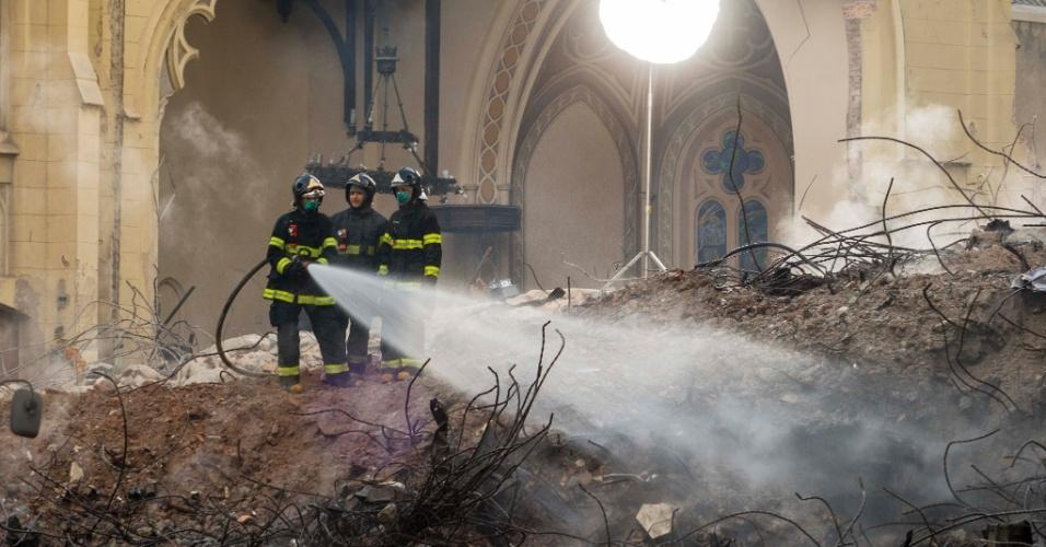 6.mai.2019 - Continua intenso o trabalho do Corpo de Bombeiros para a retirada dos escombros do Edifício Wilton Paes de Almeida, que desabou há seis dias, no Largo do Paiçandu, região central de São Paulo