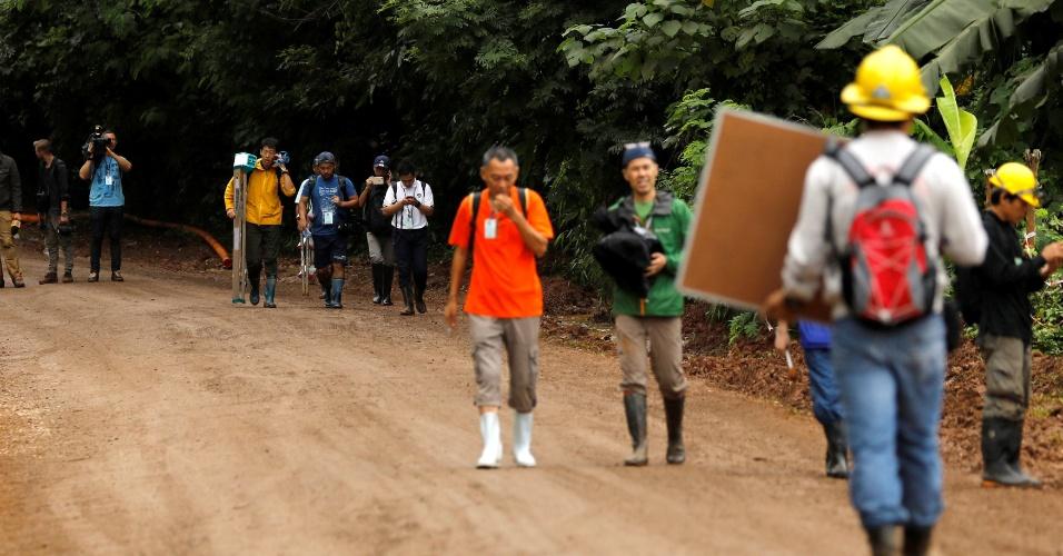 8.jul.2018 - Jornalistas deixam o local do complexo de cavernas de Tham Luang depois que o governo da Tailândia instruiu membros da mídia a se retirarem urgentemente