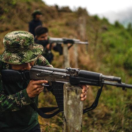 Um grupo de ex-guerrilheiros das Farc e a facção Los Contadores estão disputando o controle de uma região no sudoeste da Colômbia - Federico Rios Escobar/The New York Times