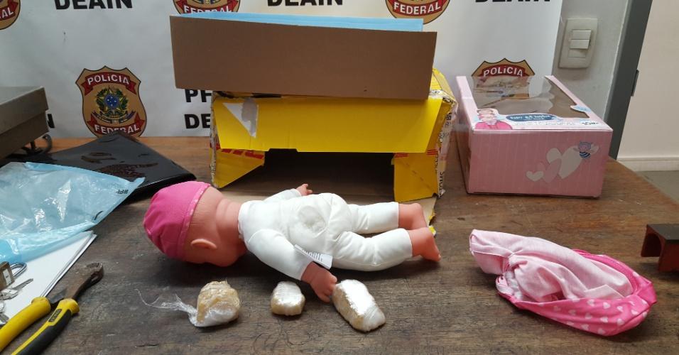 Drogas sintéticas escondidas dentro de uma boneca