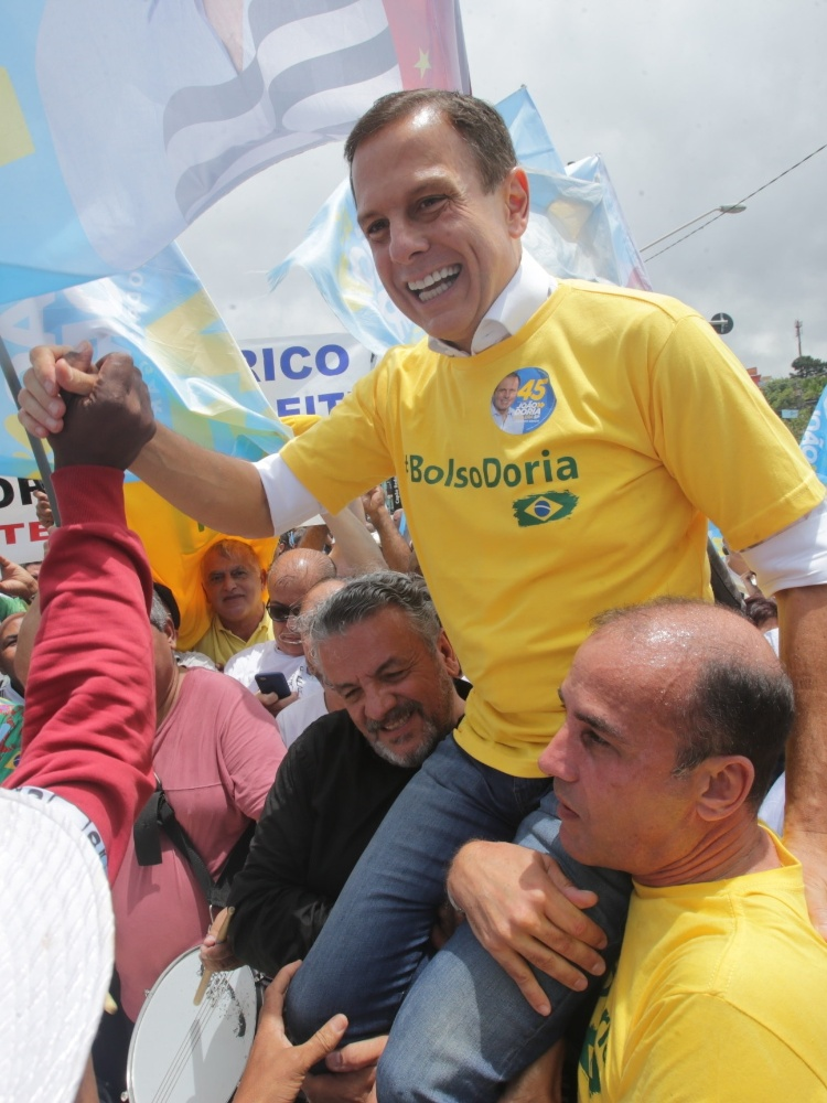 27.out.2018 - O candidato ao Governo de São Paulo, João Doria (PSDB), durante ato de campanha realizado na Estação Capão Redondo, na zona sul da capital paulista, neste sábado (27)