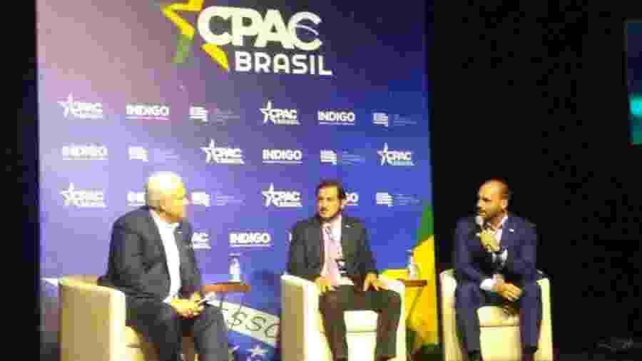Eduardo Bolsonaro conversa com Antonio de Rueda, vice-presidente do PSL, e Matt Schlapp, presidente da União Conservadora Americana - Bernardo Barbosa/UOL