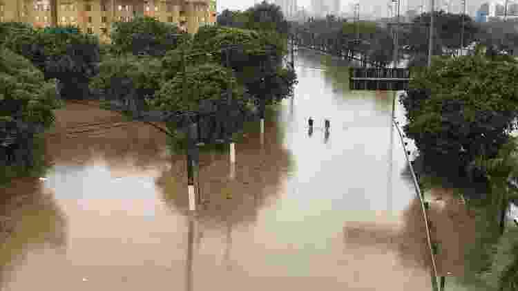 Martinal Tietê, sentido rodovia Ayrton Senna, sobre a ponte Júlio de Mesquita Neto -