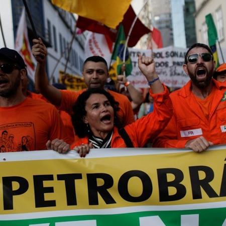 Petroleiros protestam do lado de fora da sede da Petrobras no Rio de Janeiro -