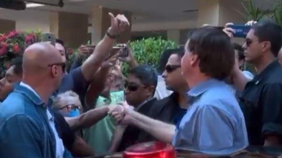 Bolsonaro cumprimenta idosa depois de esfregar nariz no braço - Reprodução