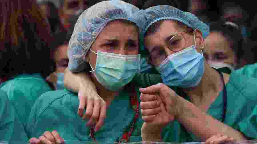 Agentes de saúde prestam homenagem a colega morto por coronavírus em Leganes, Espanha - SUSANA VERA
