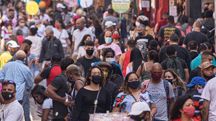 08.ago.2020 - O movimento intenso de pessoas na rua 25 de Março, no centro de São Paulo - BRUNO ROCHA/FOTOARENA/FOTOARENA/ESTADÃO CONTEÚDO