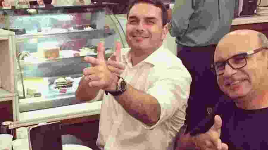 Queiroz (à dir.) é ex-motorista e ex-segurança do hoje senador Flávio Bolsonaro, filho do presidente - Reprodução