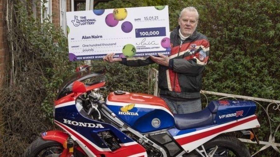 """Alan Nairn vai arrumar moto de 37 anos e """"cair na estrada"""" - Reprodução"""