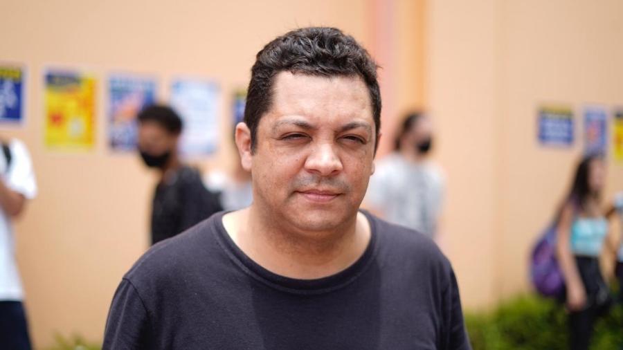 """Alex Campos, executivo de contas, levou o filho Johnatan para treinar no Enem e considerou """"inevitável"""" ter a prova durante a pandemia - André Porto/UOL"""