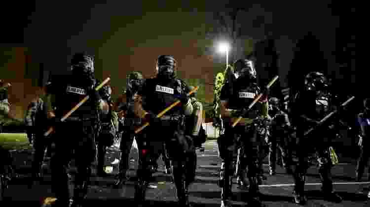 11.abr.2021 - Policiais montam guardam do lado de fora do Departamento de Polícia de Brooklyn Center em meio aos protestos pela morte de Daunte Wright - Nick Pfosi/Reuters - Nick Pfosi/Reuters