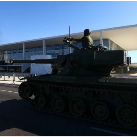Não precisamos falar dos tanques de fumaça de Bolsonaro