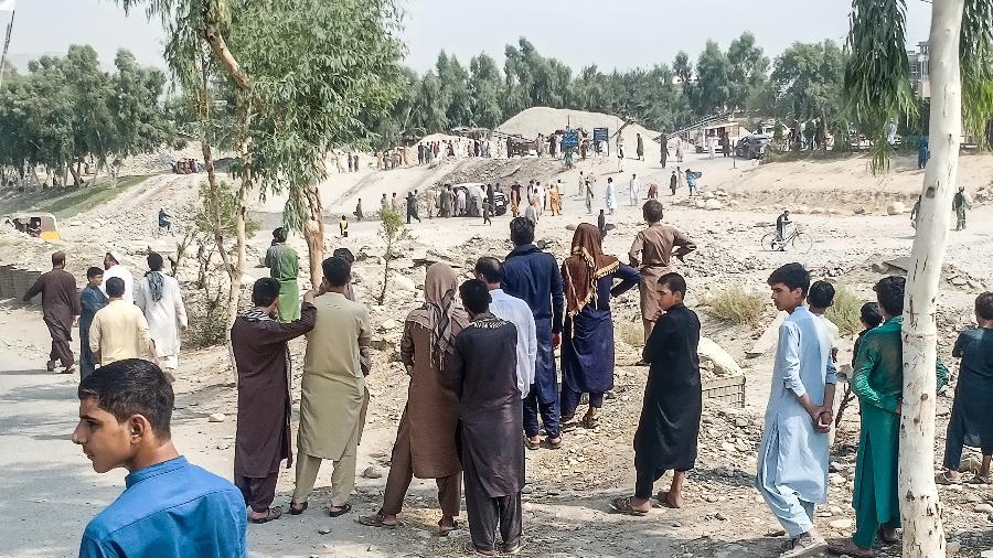 19.set.2021 - Membros do Talibã e moradores de Jalalabad se reúnem no local da explosão de uma bomba que teve como alvo uma caminhonete que transportava combatentes - AFP