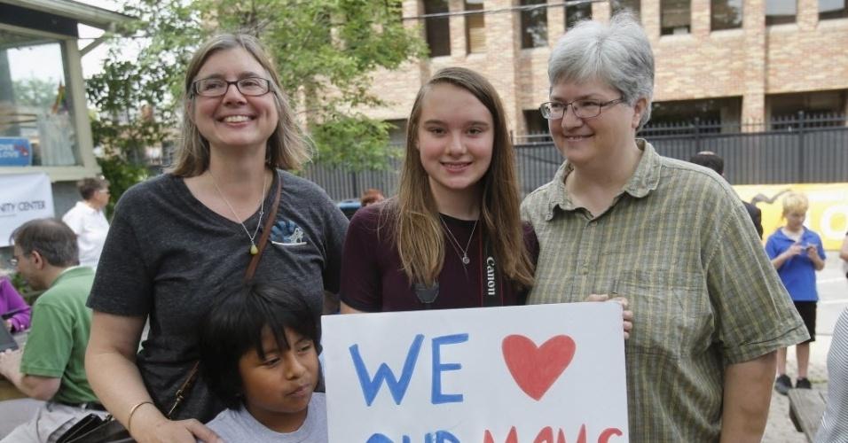 26.jun.2015 - Beth Sherman (á esquerda) e sua mulher Karen Hawver (à direita) celebram com seus filhos Ben e Emma a decisão de Suprema Corte dos Estados Unidos de legalizar o casamento gay em todo país