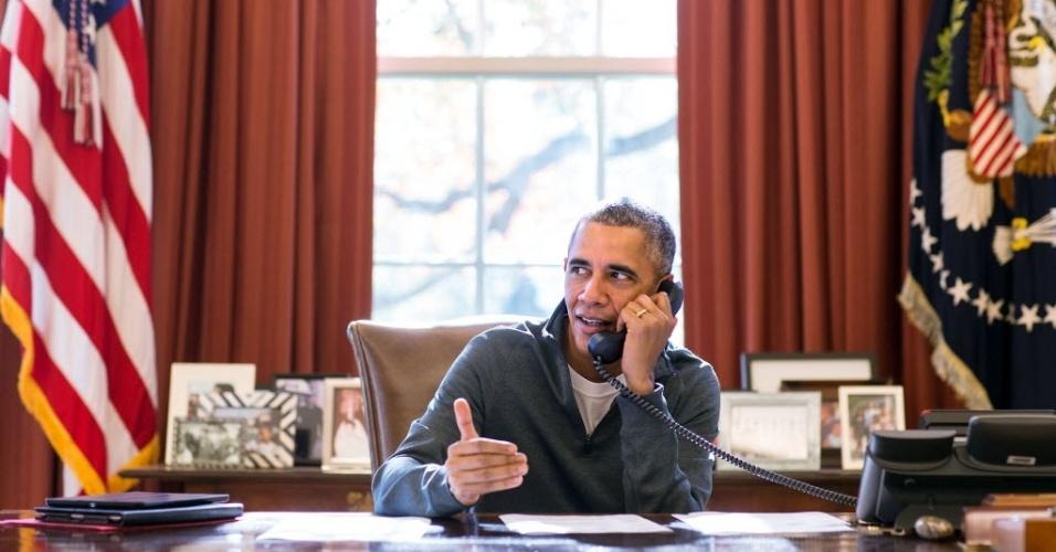26.nov.2015 - O presidente dos Estados Unidos, Barack Obama, telefona para as tropas norte-americanas instaladas pelo mundo para desejar-lhes um Feliz Dia de Ação de Graças