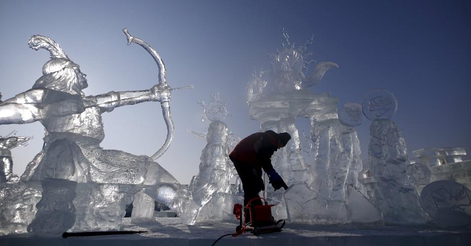 4.jan.2016 - Escultor finaliza trabalho feito no gelo no Festival Internacional de Gelo e Neve, realizado na cidade de Harbin, na China