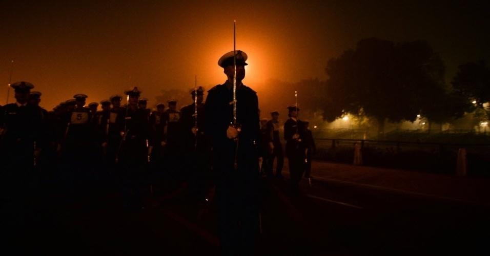 5.jan.2016 - O Exército indiano marcha durante um ensaio para o desfile do Dia da República, que será comemorado no dia 26 de janeiro em Rajpath, Nova Déli, na Índia
