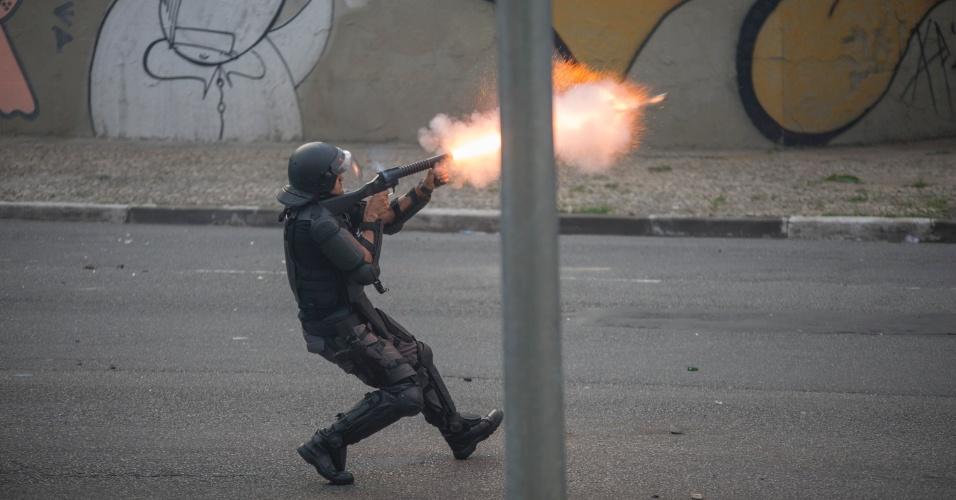 8.jan.2016 - Policial atira bomba de gás contra manifestantes durante confusão em ato contra o aumento do valor da tarifa do transporte público de São Paulo, no centro de São Paulo. Neste sábado (9), tarifa passa de R$ 3,50 para R$ 3,80